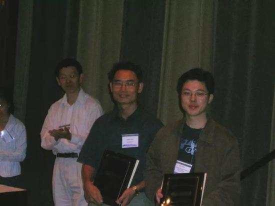 2005 年杨强(右二)KDD Cup 夺冠照片,右一为沈抖