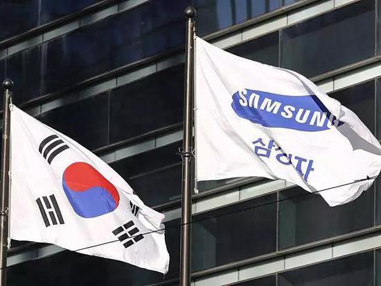 (图为韩国国旗<左>与三星旗帜 图源:新华/美联)