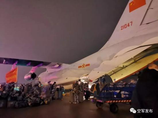 24日除夕夜,空军军医大学143名医护人员乘坐空军1架伊尔-76飞机从西安咸阳机场紧急起飞,午夜时分,医疗队安全抵达武汉