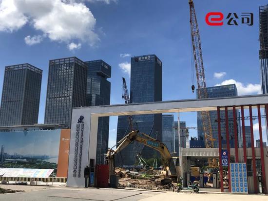 深圳湾文化广场在各总部中间