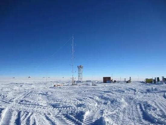 工作現場照片。中間是DIMM的8米高的塔架,前面是15米高的多層大氣參數測量塔KLAWS-2G,其數據也用於了這項研究。右側的黃色集裝箱是PLATO-A的儀器艙。