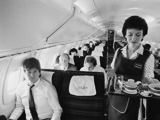 """协和""""客机座舱,以其精致的餐食和周到的服务著称"""