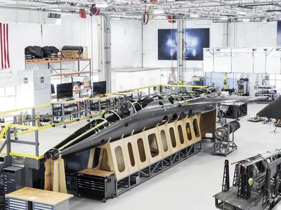 生产线上正在组装的XB-1机身