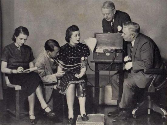威廉·马斯顿(最右)和他的血压测谎仪来源 flavinscorner.com