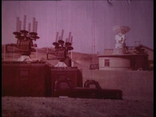 在巴丹吉林沙漠深处执行任务的活动测控站。