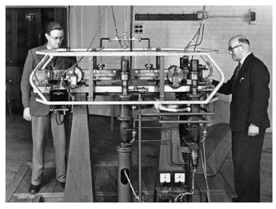 英国NPL的Parry和Essen正在操作铯原子钟