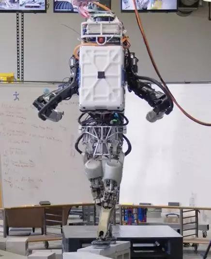 """""""交叉步""""使机器人结构不太稳定"""