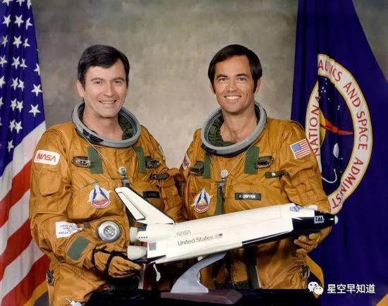 """执行航天飞机首飞任务的两位宇航员,左边是太空""""老鸟"""",第五次执行太空任务的约翰·杨,右边是太空""""新手"""",第一次执行太空任务的克里彭来源:NASA"""