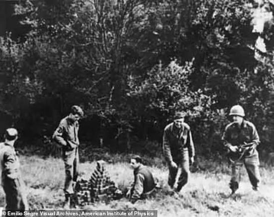 在占领该镇一周后,他们又在海戈尔洛赫镇周围的田野里发现了埋藏的1.4吨铀立方体
