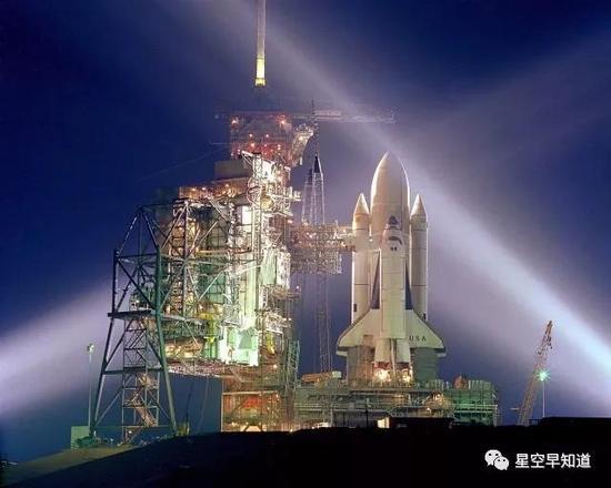 11月夜晚,等待升空的哥伦比亚号航天飞机来源:NASA