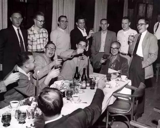 威廉·肖克利的员工举杯祝贺他获得1956年的诺贝尔奖