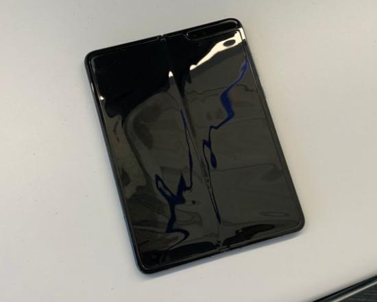 最终,马克手中这台Galaxy Fold的整块屏幕失灵。