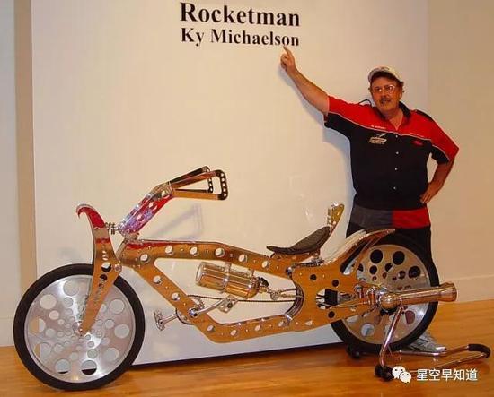 """""""火箭人""""迈克尔森,他正站在自己制作的""""火箭推进自行车""""跟前 来源:www.the-rocketman.com"""