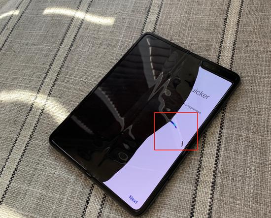 随后,他又想到,Galaxy Fold到手时,屏幕上贴有保护膜。