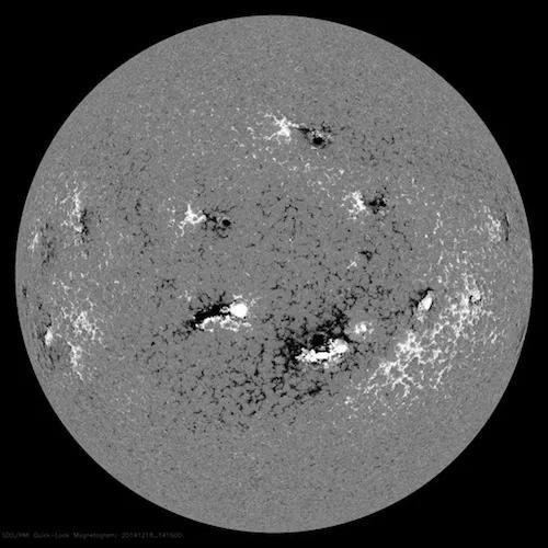 在这张拍摄于2014年12月的合成图中,能明显看出太阳黑子和明亮的耀斑之间存在着物理关联。(图片来源:太阳动力学观测台、美国宇航局)