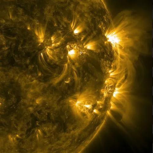 在极紫外波段拍摄的图像显示了磁力线从太阳的活跃区冒出来,向外伸展。(图片来源:太阳动力学观测台、美国宇航局)
