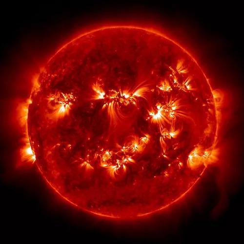 2015年5月,太阳动力学观测台在极紫外波段拍摄的照片显示太阳上涌现出了十几个活跃区。在当前这个相对不太活跃的时期,这算是太阳异常活跃的一天了。(图片来源:太阳动力学观测台、美国宇航局)