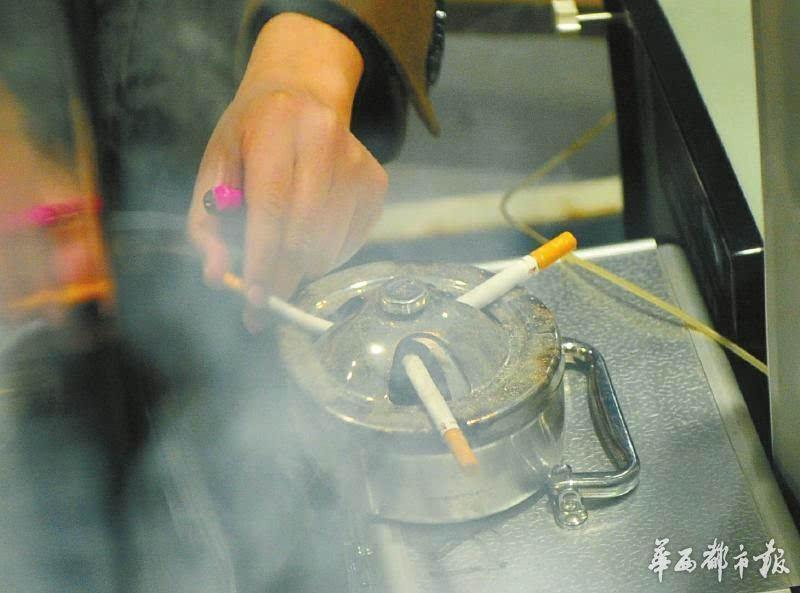 在密闭气候箱内点燃三支香烟,香烟内含有甲醛、PM2.5、VOC等多种有害物质。