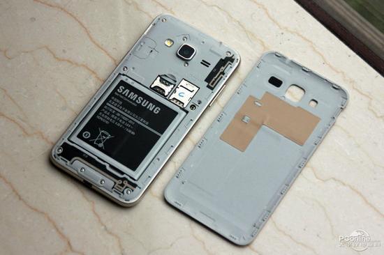 三星j3支持microsd卡扩展,后盖打开后,sim卡、扩展卡卡槽均位于电池仓上方,此外三星galaxy j3为电信定制手机,对于天翼4g图片