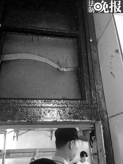 """""""优粮生活(西单店)""""的橱窗上也附着层层油渍"""