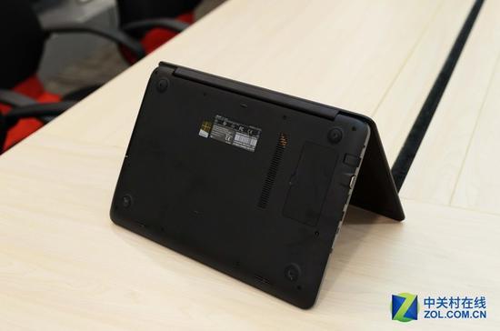 该机在轻薄化的同时保留了光驱设计,根据现在的主流趋势,光驱的使用率已经十分低了,所以今后大部分电脑采用无光驱设计也是大势所趋,不过华硕FL5900U娱乐本保留这一项设计也是为了娱乐作考虑。同样是由于趋于轻薄的缘故,该机的电池采用的是不可拆卸的设计。 华硕FL5900U笔记本
