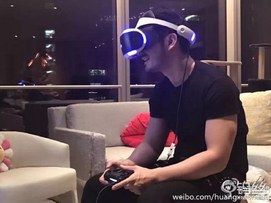 教主自称入PS VR中国第一人 竟激动把桌子坐坏_pic1