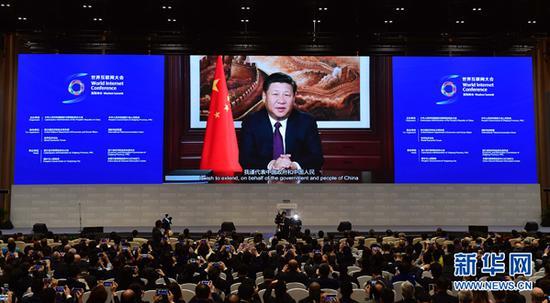 11月16日,第三届世界互联网大会在浙江省乌镇开幕。国家主席习近平在开幕式上通过视频发表讲话。 新华社记者 张铎 摄