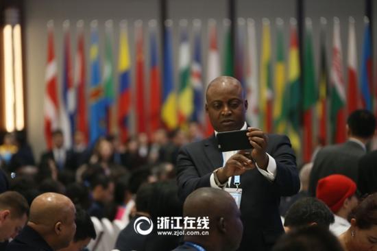 第三届世界互联网大会乌镇峰会闭幕式现场,外国嘉宾争相留影。浙江日报记者吴煌摄