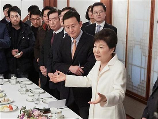 1月1日,在青瓦台,朴槿惠与媒体记者们座谈