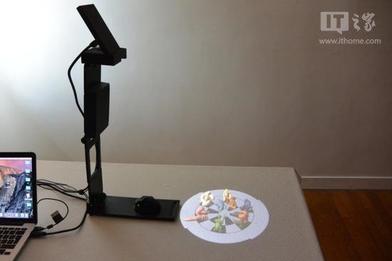 裸眼AR的实现是由投影仪、摄像头和Unity游戏引擎来配合完成。