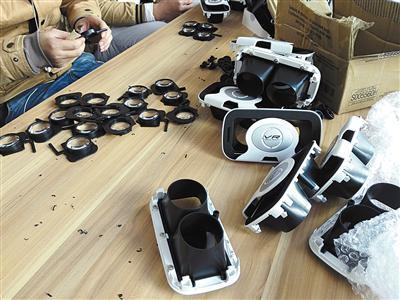 2017年2月9日,东莞一家工厂中,工作人员正将镜片装入VR盒子中。