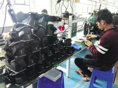 2017年2月9日,东莞市,某VR头盔生产组装工厂。B08-B09版摄影/新京报记者 侯少卿