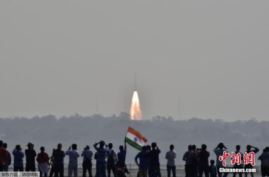 当地时间2月15日,搭载104颗卫星的印度极轨卫星运载火箭(PLSV)从斯里赫里戈达岛的印度航天发射中心发射升空。