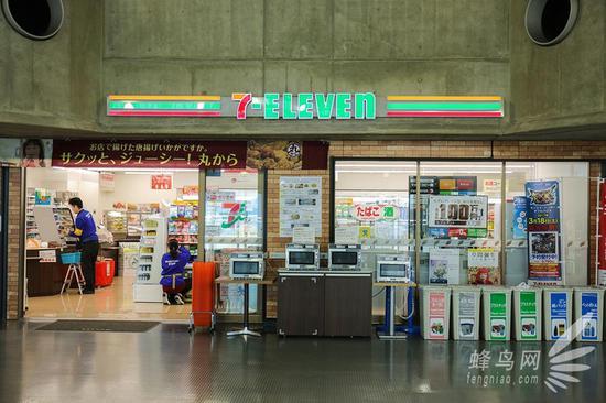 展馆内一层和二层各有一个大型便利店