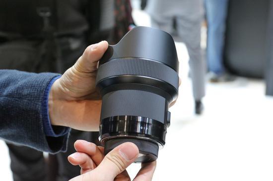 镜筒底部的防滑纹路提升了握持手感,后部镜筒并不粗壮