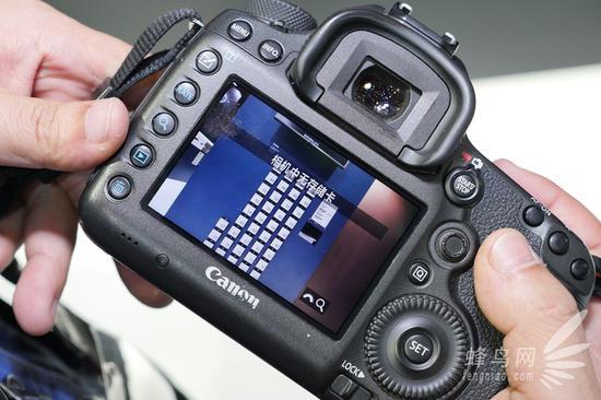 该镜头最大的震撼就是几乎察觉不到畸变的存在,这对于一款14mm焦距的全画幅超广角镜头来讲着实难得