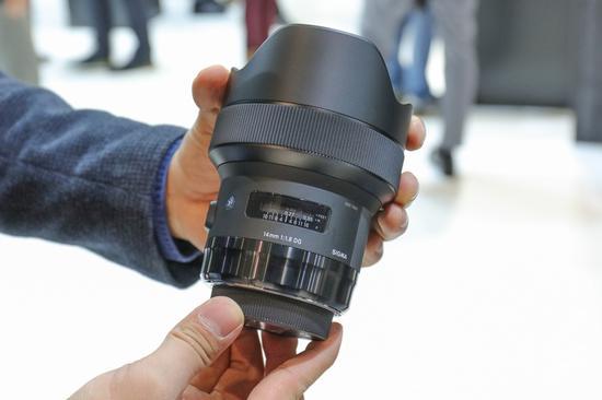 适马14mm F1.8 DG HSM Art镜头与此前推出的12-24mm镜头外观相当接近