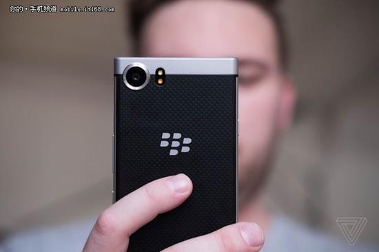 ▲黑莓KEYone手机最低售价549美金起。(图片援引自the verge)