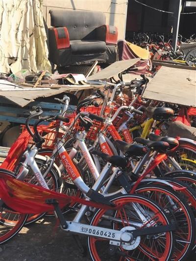 上百辆共享单车被集中堆放在院内。市民田女士供图