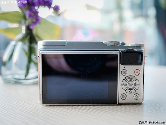 富士X-A10机背按键布局,所以按键都集中在相机右侧方便单手操作