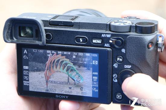 索尼A6300的对焦操作需要两个步骤,首先点击中心按键解锁,然后用方向键选择