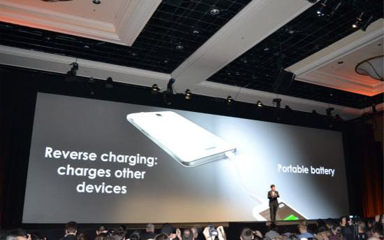 """因此,当时爱范儿评论区还有人把这款手机称之为""""智能移动充电宝""""。"""