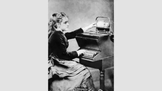 Christopher Sholes早期的QWERTY打字机。图片来源:Wikipedia