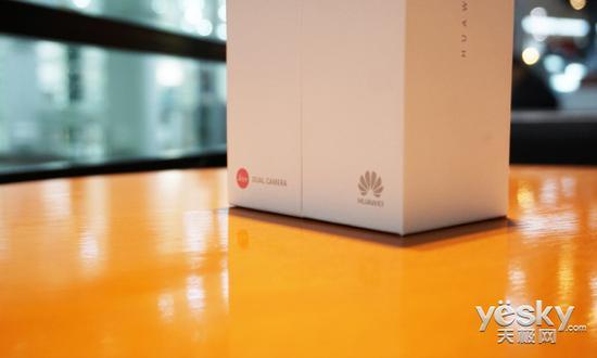 包裝盒底部可以看到徠卡和華為的標識logo