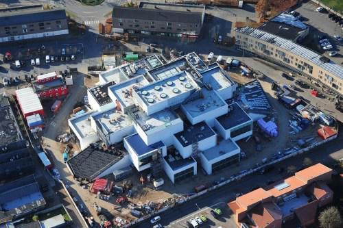"""据报道,新体验馆就在乐高的""""老家""""比隆,占地逾11916平方米,由丹麦建筑师英格斯设计,建筑融入乐高品牌与游戏特色。"""