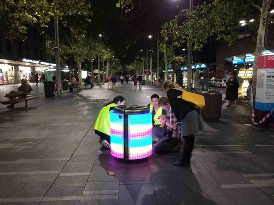 三名创始人在街头测试TetraBIN