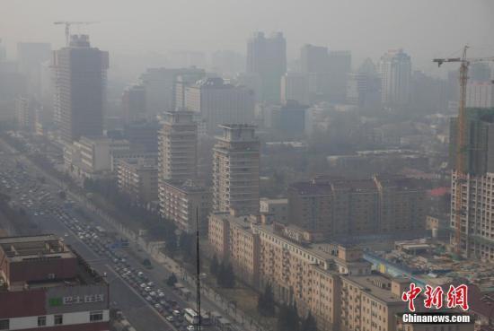 3月17日,北京城笼罩在雾霾中。中新社记者 刘关关 摄