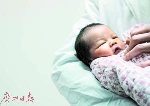 昨天,冰宝宝和妈妈一起出院回家。广州日报全媒体记者邱伟荣 实习生张帆 摄