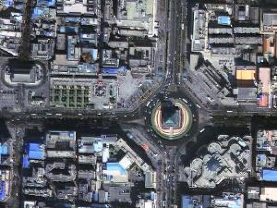 圖為西安鐘樓,圓盤道路上車輛的行駛方向清晰可辨。