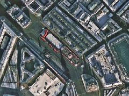 图为俄罗斯的莫斯科红场,红色屋顶分外显著,广场上的人群来来往往。